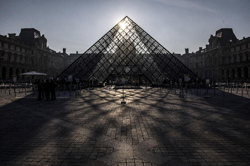Reception and security personnel at the Louvre museum say they are being overwhelmed by the number of visitors (AFP Photo/Christophe ARCHAMBAULT)