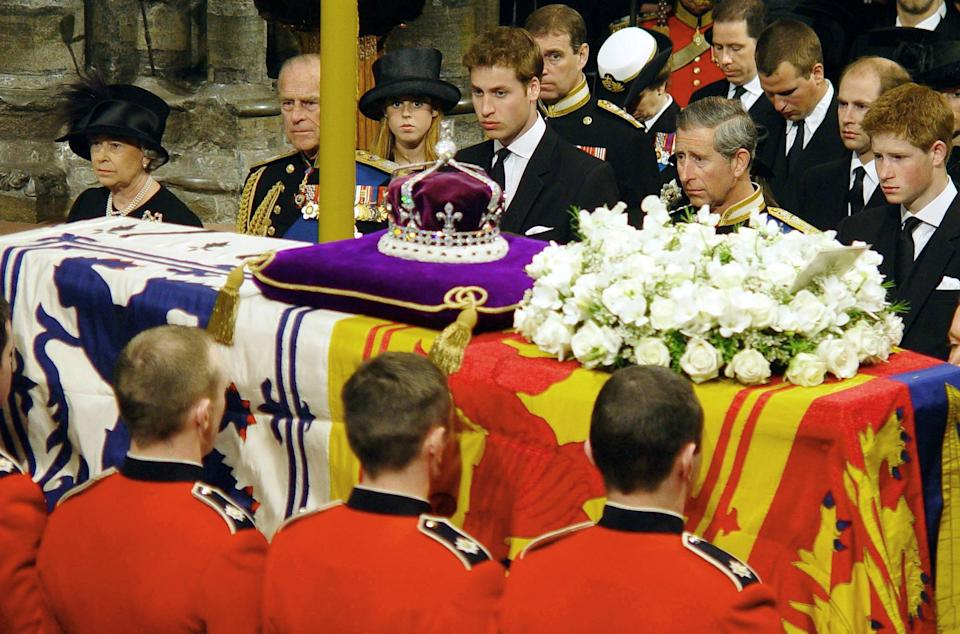 The British Royal family watch as the coffin of Queen Elizabeth the Queen Mother is prepared to be carried from Westminster Abbey at the end of her funeral service 09 April 2002. After the service, the Queen Mother's coffin will be taken to St George's Chapel in Windsor, where she will be laid to rest next to her husband King George VI.   WPA SOLO ROTA (Photo by BEN CURTIS / EPA/SOLO ROTA / AFP)        (Photo credit should read BEN CURTIS/AFP via Getty Images)