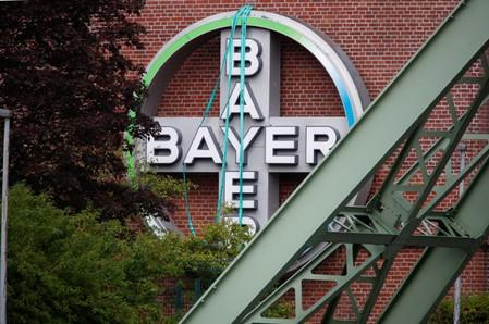 What are the obstacles to Bayer settling Roundup lawsuits?