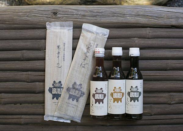 ▲Redesigned soba noodle souvenir packs (400 yen, tax excl.) and soba dipping sauce (550 yen, tax excl.). Pretty packaging combines tradition and a feminine touch