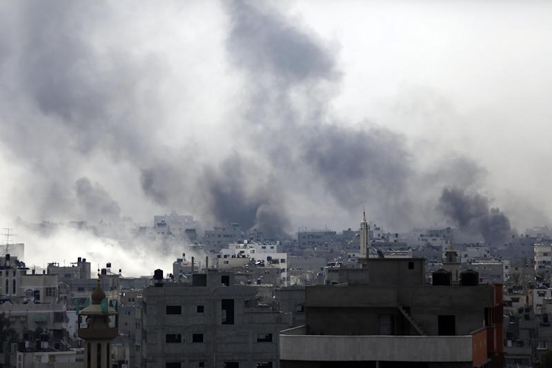 Smoke billows following reported heavy Israeli shelling in Gaza's eastern Shejaiya district on July 20, 2014 (AFP Photo/Mohamed Abed)