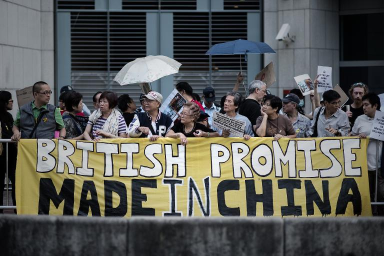 Pro-democracy activists demonstrate outside the British consulate in Hong Kong, on November 21, 2014 (AFP Photo/Philippe Lopez)