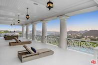 Kick back and relax on the balcony, while taking in views of of Lake Sherwood and the Santa Monica Mountains.