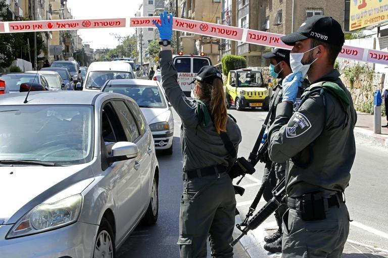 Israeli police check vehicles at a checkpoint in the ultra-Orthodox city of Bnei Brak, near Tel Aviv (AFP Photo/JACK GUEZ)