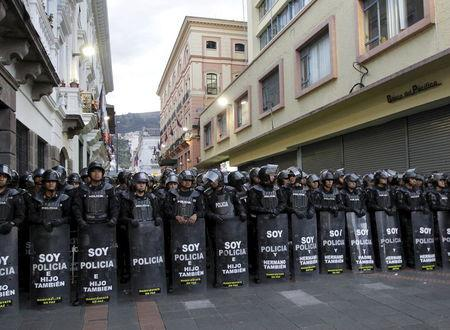 Riot police stand guard near the presidential palace as protesters march against the government of Ecuador's President Rafael Correa in Quito, Ecuador, July 2, 2015. REUTERS/Guillermo Granja