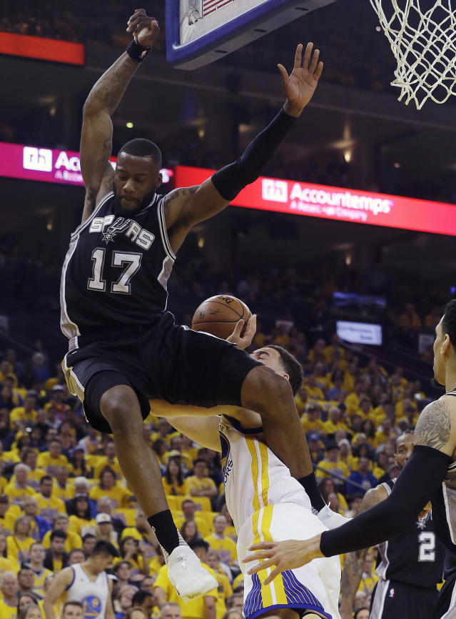 <p>Golden State Warriors guard Klay Thompson, bottom center, is fouled by San Antonio Spurs guard Jonathon Simmons (17) during the first half of Game 1 of the NBA basketball Western Conference finals in Oakland, Calif., Sunday, May 14, 2017. (Photo/Jeff Chiu/AP) </p>