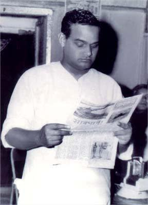 <p>Atal Bihari Vajpayee reading a newspaper during his younger days. (Photo tweeted by @IndiaHistoryPic) </p>