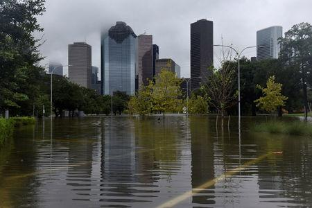 Harvey threatens more USA  oil refineries after heavy rains