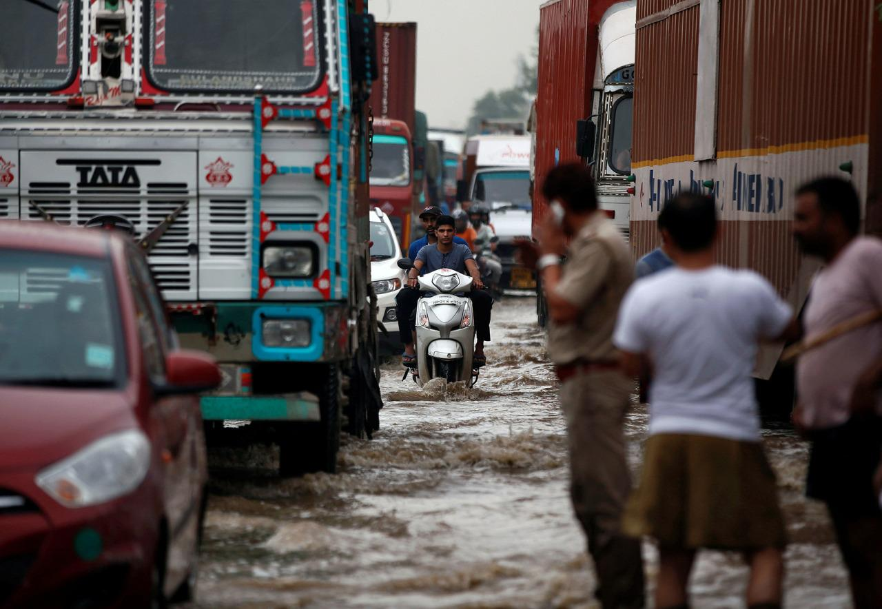 <p>Vehicles wade through a waterlogged highway after heavy rains in Gurugram, previously known as Gurgaon, on the outskirts of New Delhi, India, July 29, 2016. (Photo: Adnan Abidi/Reuters)</p>