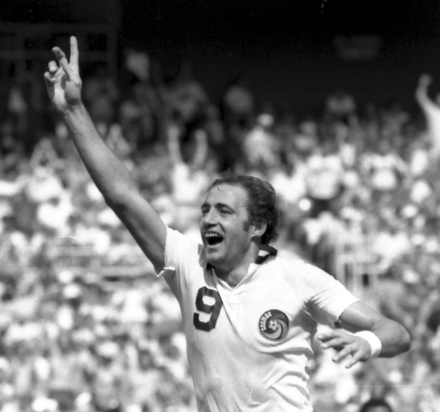 FILE  -- In this Sept. 22, 1980, file photo, New York Cosmos' forward Giorgio Chinaglia gives the victorious  No. 1 sign during the Soccer Bowl in Washington.  Former Italy and Cosmos star Chinaglia died in his home in Florida, Sunday, April 1, 2012, his son Anthony Chinaglia said. (AP Photo/File)
