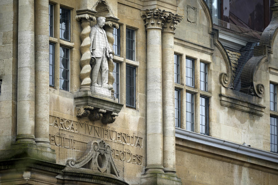 Estatua de Cecil Rhodes en la fachada de Oxford. En los últimos meses muchos estudiantes han pedido su retirada. (Photo by Christopher Furlong/Getty Images)