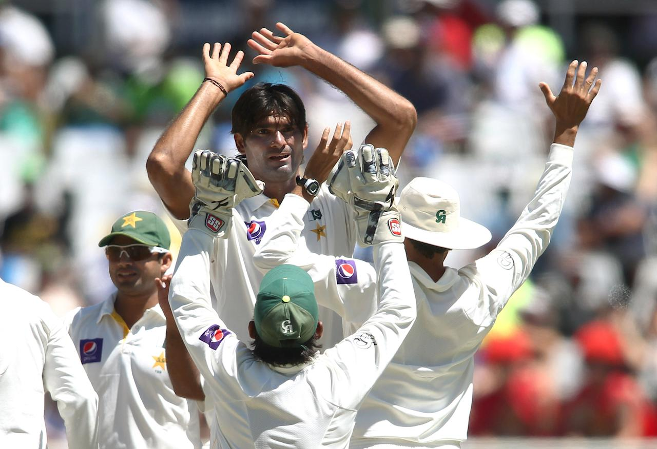 CAPE TOWN, SOUTH AFRICA - FEBRUARY 16:  Muhammad Irfan of Pakistan is congratulated after getting the wicket of Vernon Philander of South Africa during day 3 of the 2nd Sunfoil Test match between South Africa and Pakistan at Sahara Park Newlands on February 16, 2013 in Cape Town, South Africa. (Photo by Shaun Roy/Gallo Images/Getty Images)