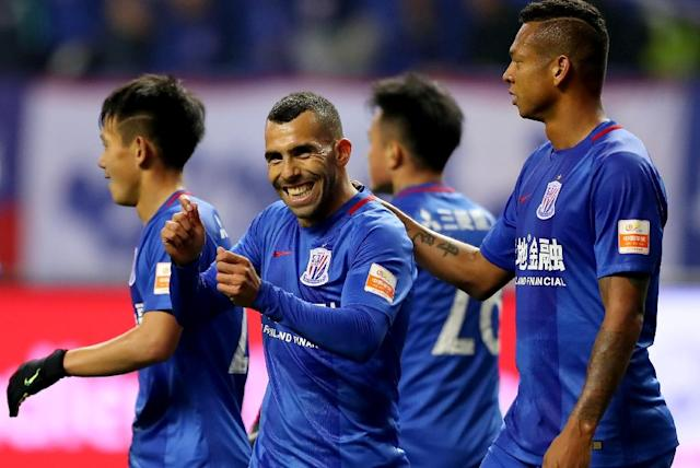 Shanghai Shenhua's Argentine striker Carlos Tevez (C) (AFP Photo/STR)