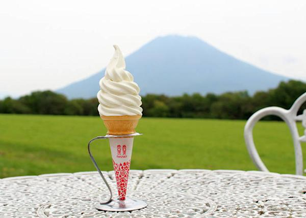 "Soft-serve ice cream (290 yen). Let's watch the idyllic scenery of Mt. Yotei and pastures called ""Ezo Fuji!"""