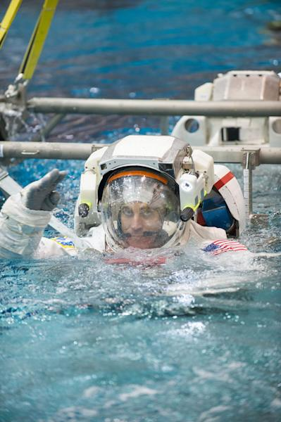 NASA astronaut Chris Cassidy, Expedition 35/36 flight engineer, attired in a training version of his Extravehicular Mobility Unit (EMU) spacesuit, is submerged in the waters of the Neutral Buoyancy Laboratory (NBL) near NASA's Johnson Space Cen