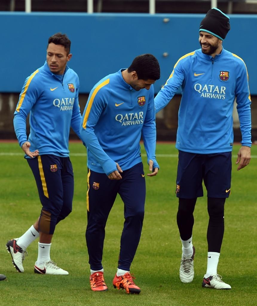 Barcelona defender Gerard Pique (R) speaks with forward Luis Suarez (C) beside defender Adriano (L) during their training session at the Club World Cup football tournament in Yokohama on December 15, 2015 (AFP Photo/Toshifumi Kitamura)