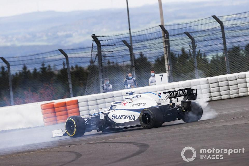 "George Russell, Williams FW43 retirándose de la carrera después de chocar con Kimi Raikkonen, Alfa Romeo Racing C39 <span class=""copyright"">Andy Hone / Motorsport Images</span>"