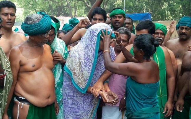 Delhi: Tamil Nadu farmers wear sarees, break bangles on 34th day of protest