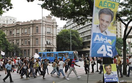 A campaign banner for presidential candidate Senator Aecio Neves hangs over a plaza before Sunday's runoff election between Neves and President Dilma Rousseff, in downtown Belo Horizonte, October 21, 2014. REUTERS/Washington Alves