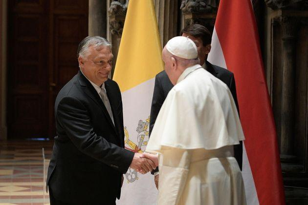 epa09463115 A handout picture provided by the Vatican Media shows Pope Francis (R) and Hungarian Prime Minister Viktor Orban shaking hands during their meeting at the Museum of Fine Arts in Budapest, Hungary, 12 September 2021.  EPA/VATICAN MEDIA HANDOUT  HANDOUT EDITORIAL USE ONLY/NO SALES (Photo: VATICAN MEDIA HANDOUTEPA)