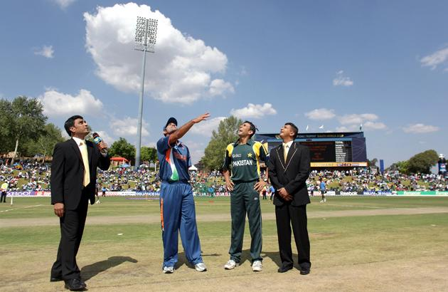 Sanjay Manjrekar (L) Mahendra Singh Dhoni of India, Younis Khan of Pakistan and match referee Roshan Mahanama at the coin toss beforeThe ICC Champions Trophy Group A Match between India and Pakistan on September 26, 2009 at The Supersport Stadium in Centurion, South Africa.  (Photo by Julian Herbert/Getty Images) *** Local Caption *** Sanjay Manjreka;Mahendra Singh Dhoni;Younis Khan;Roshan Mahanama