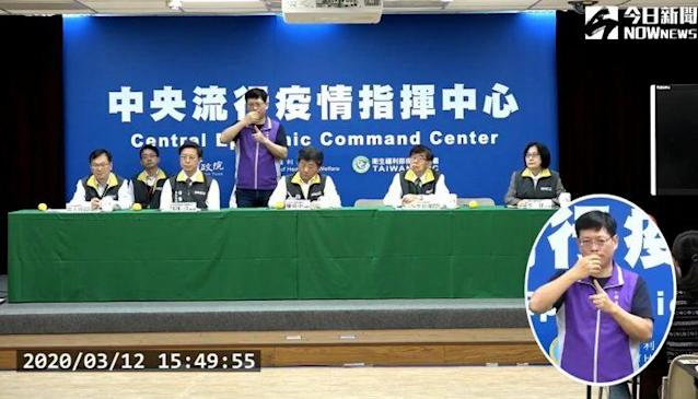<p>Chief Commander Chen Shih-chung with the sign-language interpreter at a press conference on March 12, 2020 (NOWnews)</p>