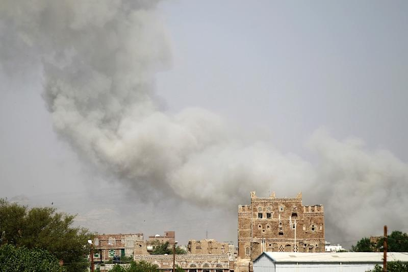 Smoke billows from buildings after reported air-strikes by the Saudi-led coalition on an arms depot controlled by Huthi rebels on the outskirts of Sanaa, on September 6, 2015 (AFP Photo/Mohammed Huwais)