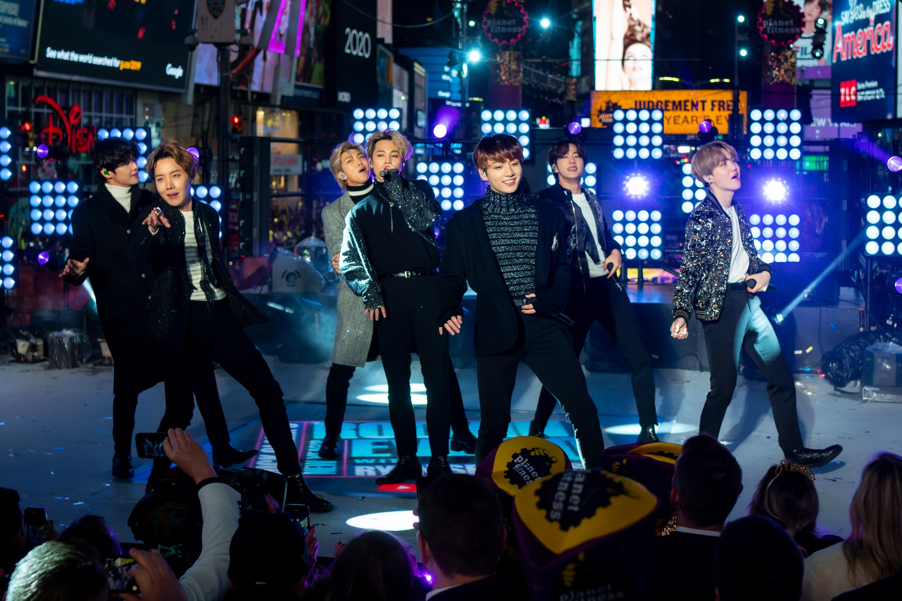 NEW YORK, NEW YORK - DECEMBER 31: BTS performs during the Times Square New Year's Eve 2020 Celebration on December 31, 2019 in New York City. (Photo by Michael Stewart/WireImage,)