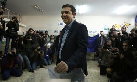 Opposition leader and head of radical leftist Syriza party Alexis Tsipras casts his ballot at a polling station in Athens January 25, 2015.  REUTERS/Alkis Konstantinidis