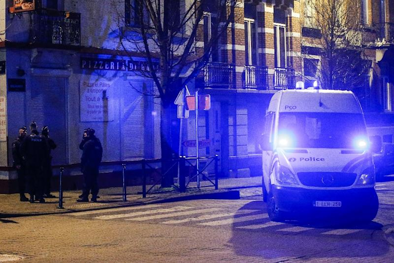 Police officers in Brussels conduct a raid on the neighbourhood of Molenbeek on December 30, 2015, arresting a 10th suspect over the November Paris attacks that left 130 people dead (AFP Photo/Thierry Roge)