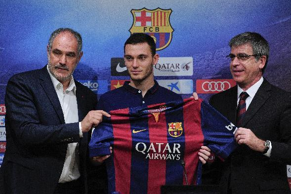 FC Barcelona's new Belgian defender Thomas Vermaelen (C) poses with Barcelona's sports director Andoni Zubizarreta (L) and Barcelona's vice-president Jordi Mestre during official presentation at the Camp Nou stadium in Barcelona on August 10, 2014 (AFP Photo/Josep Lago)