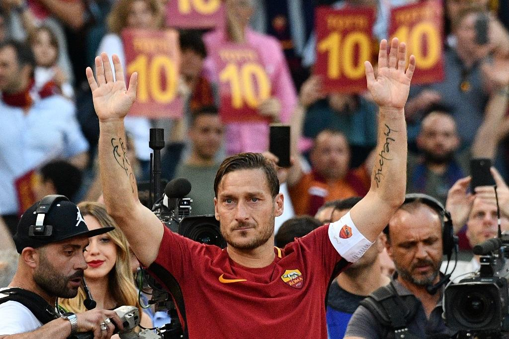 Italian superstar Francesco Totti, who recently made a tearful farewell to Roma after 25 years at his boyhood club, is wanted by Japan's Tokyo Verdy, officials told AFP on Wednesday. (AFP Photo/Vincenzo PINTO)