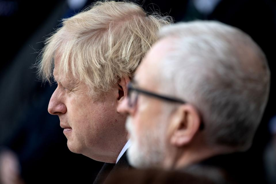 Boris Johnson y Jeremy Corbyn en la vigilia en Guildhall Yard, Londres. (Getty)