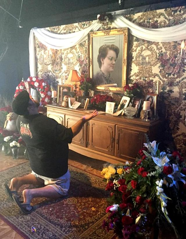 <p>A grieving fan pays homage to Barb.<br><br>(Photo: Yahoo) </p>
