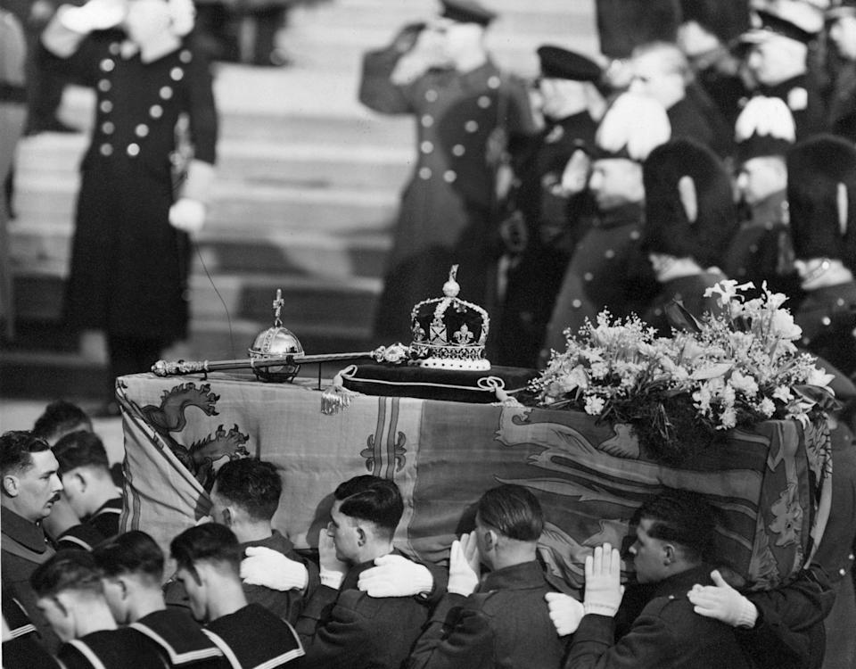 15th February 1952:  The coffin of George VI  draped with the royal standard being carried by soldiers. On the top are symbols of royalty, a crown, sceptre and orb.  (Photo by George W. Hales/Fox Photos/Getty Images)