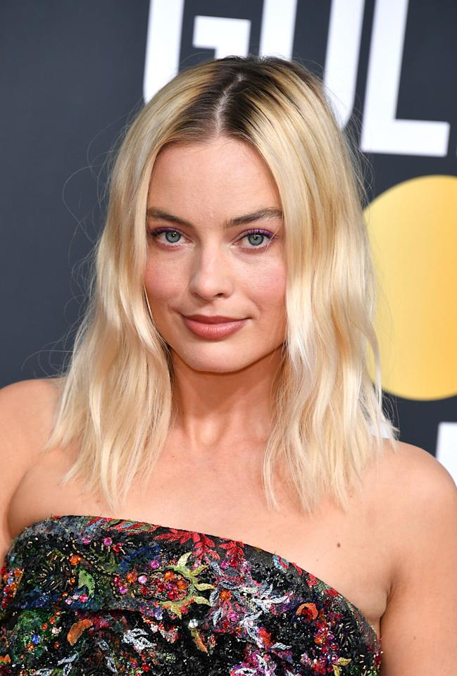 """<p>Blink, and you might miss Margot Robbie's magenta eyeliner. The actress demonstrates a subtle way to wear pink eye makeup with her simple flick of eyeliner. Robbie's makeup artist <a href=""""https://www.instagram.com/patidubroff/"""" target=""""_blank"""">Pati Dubroff</a> applied <a href=""""https://click.linksynergy.com/deeplink?id=93xLBvPhAeE&mid=39938&murl=https%3A%2F%2Fwww.chanel.com%2Fus%2Fmakeup%2Fp%2F176056%2Fombre-premiere-creamy-powder-eyeshadow%2F&u1=IS%2CPinkMakeupLooks%2Clukase%2C%2CIMA%2C3516239%2C202001%2CI"""" target=""""_blank"""">Chanel Ombre Première in Pourpre Brun</a> along the actress' lash line. </p>"""