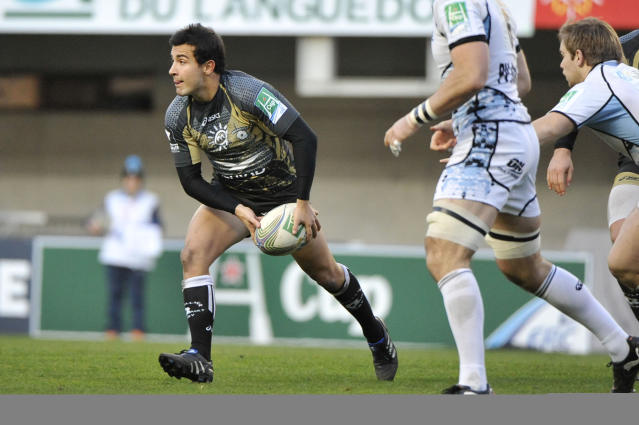 Montpellier's French scrum half Eric Escande (L) passes the ball on December 17, 2011, at the Yves-du-Manoir stadium in Montpellier, during the Heineken Cup rugby union match Montpellier vs Glasgow. AFP PHOTO / SYLVAIN THOMAS (Photo credit should read SYLVAIN THOMAS/AFP/Getty Images)