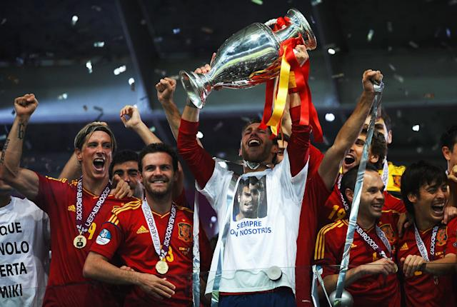KIEV, UKRAINE - JULY 01: Sergio Ramos (C) of Spain lifts the trophy next to team-mates Fernando Torres, Juan Mata, Andres Iniesta and David Silva as they celebrates following victory in the UEFA EURO 2012 final match between Spain and Italy at the Olympic Stadium on July 1, 2012 in Kiev, Ukraine. (Photo by Laurence Griffiths/Getty Images)
