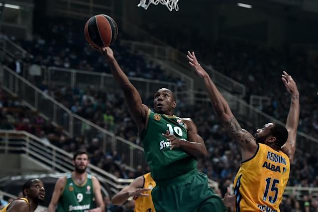 Panathinaikos' Demarcus Nelson (L) jumps to score next to Reggie Redding of Alba Berlin during their top 16 Euroleague basketball game in the Athens' Olympic sports center (AFP Photo/Aris Messinis)