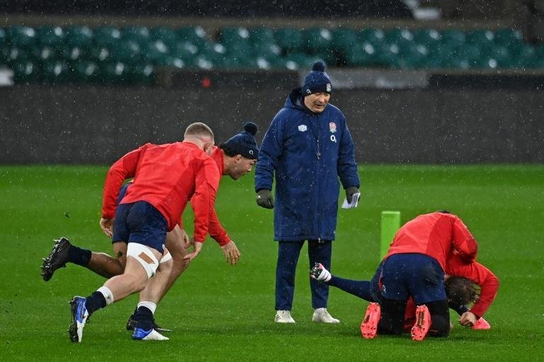 No pain, no gain - England coach Eddie Jones (C) oversees a training session ahead of Sunday's Autumn Nations Cup final against France
