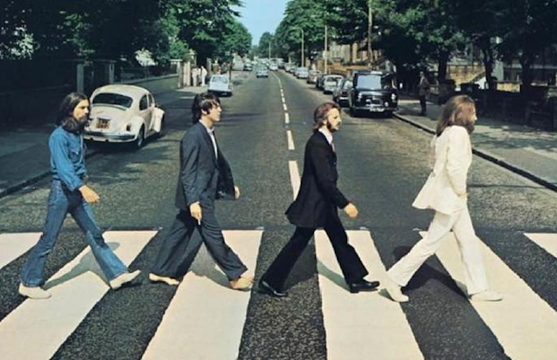 I Beatles attraversano Abbey Road