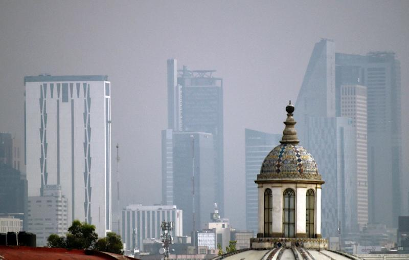 Scientists say breathing the air in Mexico City is like smoking between a quarter- and a half-pack of cigarettes a day (AFP Photo/ALFREDO ESTRELLA)