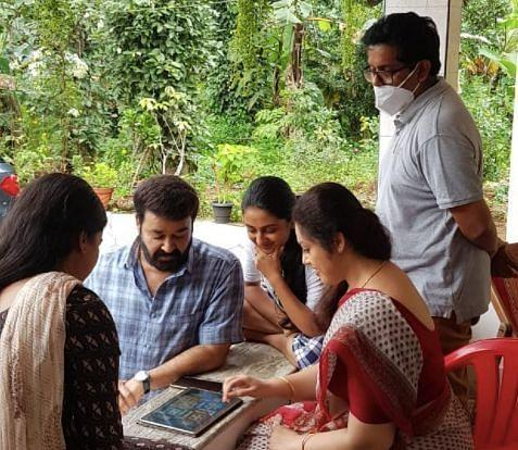 Meena, Mohanlal, Esther Anil, Ansiba and Jeethu Joseph take a break on the sets of <i>Drishyam 2.</i>