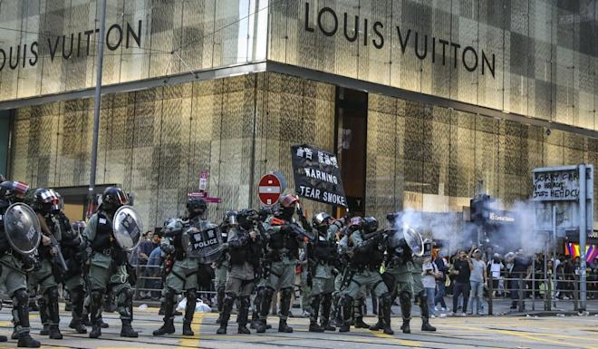 Police fire tear gas in Hong Kong's business district of Central. Photo: K.Y. Cheng