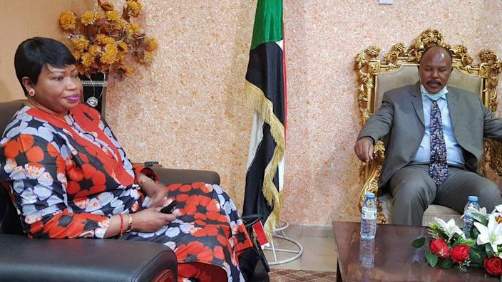 Fatou Bensouda (L) meets the governor of Sudan's South Darfur state, Mousa Mahdi, on 31 May.