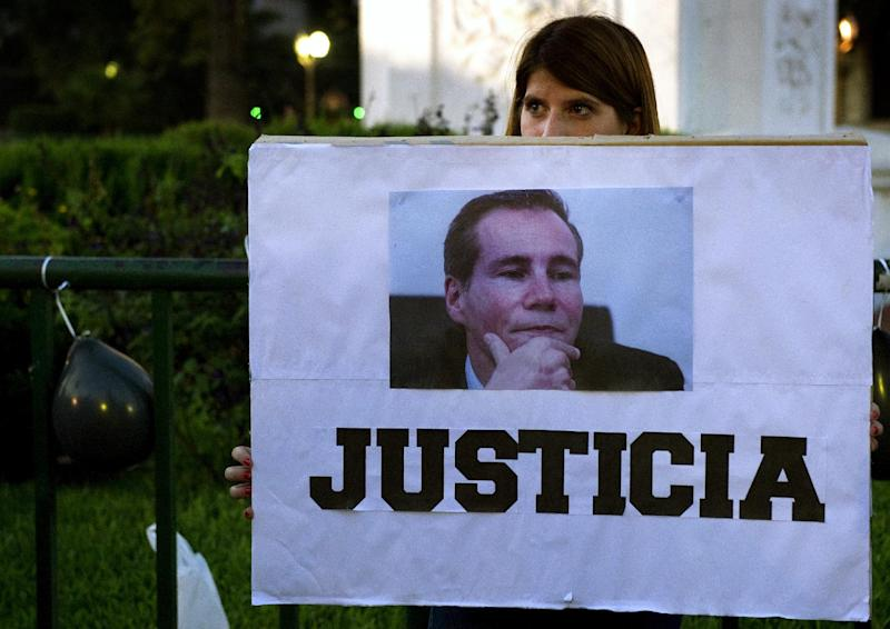 "A woman holds a sign reading ""Justice"" during a demonstration in Buenos Aires on January 26, 2015, following the murder of Argentine public prosecutor Alberto Nisman (AFP Photo/Alejandro Pagni)"