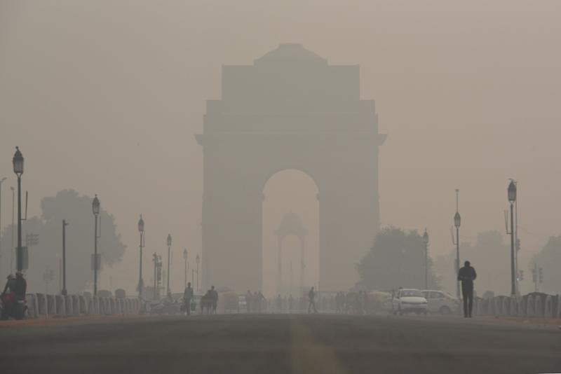 A view of the India Gate engulfed in heavy smog due to rise in pollution on November 13, 2019 in New Delhi, India.  (Photo: Hindustan Times via Getty Images)