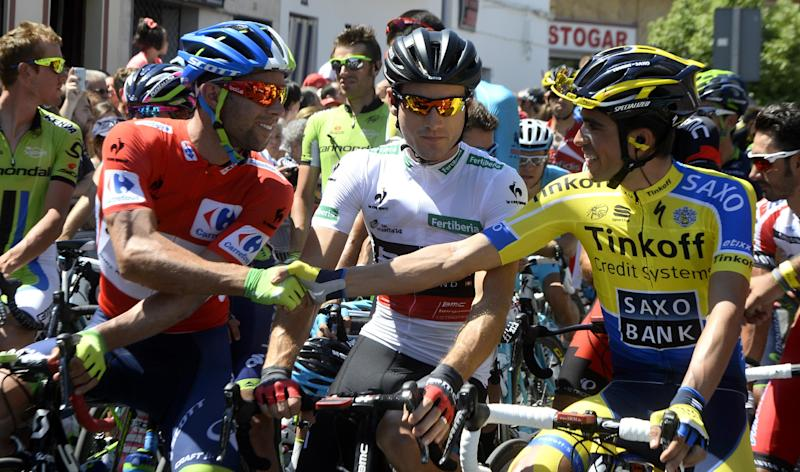 "Orica-GreenEdge Austrian's cyclist Michael Matthews speaks with Spanish cyclist Alberto Contado (R) before the 4th stage of the 69th edition of ""La Vuelta"" Tour of Spain, from Mairena del Alcor to Cordoba, on August 26, 2014 (AFP Photo/Jose Jordan)"