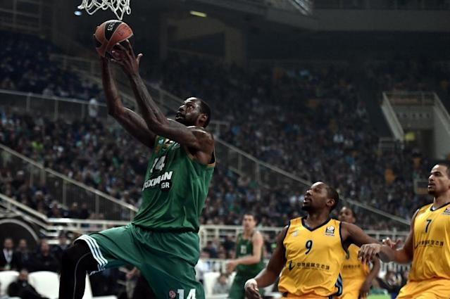 Panathinaikos' James Gist (L) jumps to score against Alba Berlin during their top 16 Euroleague basketball game in the Athens' Olympic sports center on April 2, 2015 (AFP Photo/Aris Messinis)