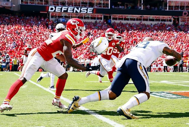 Cornerback Marcus Peters (L) of the Kansas City Chiefs rips the helmet off of wide receiver Keenan Allen of the San Diego Chargers on September 11, 2016 in Kansas City, Missouri (AFP Photo/Jamie Squire)